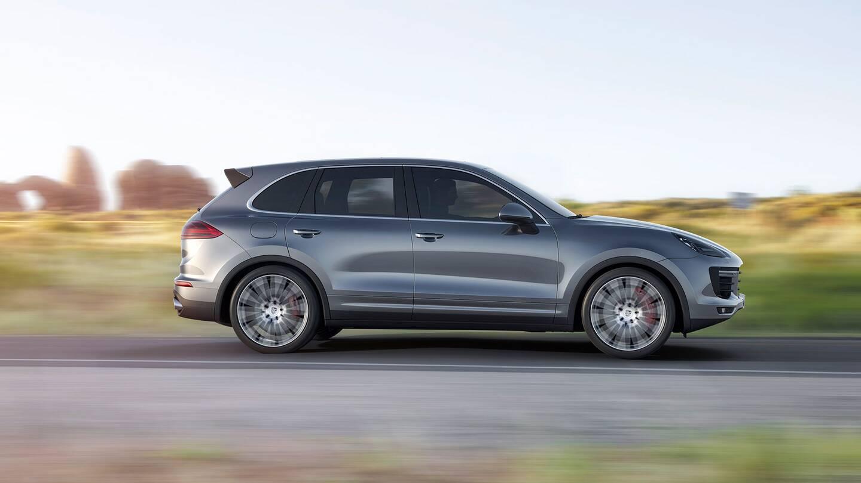"""Terremoto Porsche, occhio al Suv: """"Richiamate 30mila Cayenne"""" Emissioni: il modello da evitare"""