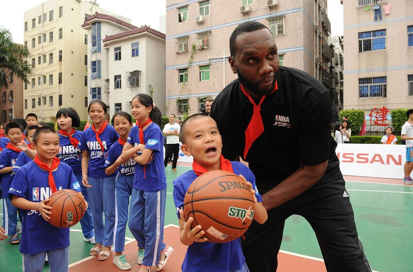SHENZHEN, CN - OCTOBER 10: Al Jefferson of the Charlotte Hornets interacts with the kids during the Shenzhen Learn and Cares dedication as part of the 2015 Global Games China at the Jianlian School on October 10, 2015 in Shenzhen, China. NOTE TO USER: User expressly acknowledges and agrees that, by downloading and or using this photograph, User is consenting to the terms and conditions of the Getty Images License Agreement. Mandatory Copyright Notice: Copyright 2015 NBAE (Photo by Randy Belice/NBAE via Getty Images)