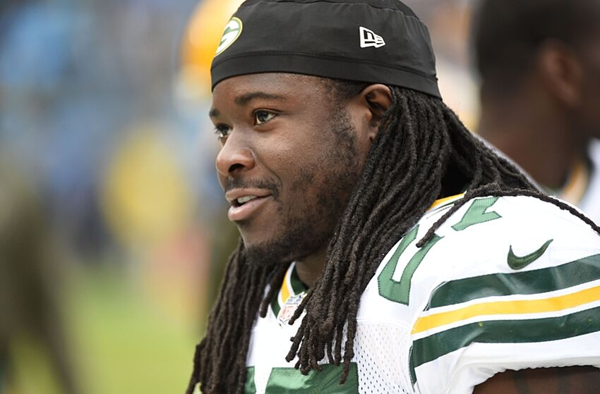 Eddie Lacy stays in shape playing basketball with Dane Cook