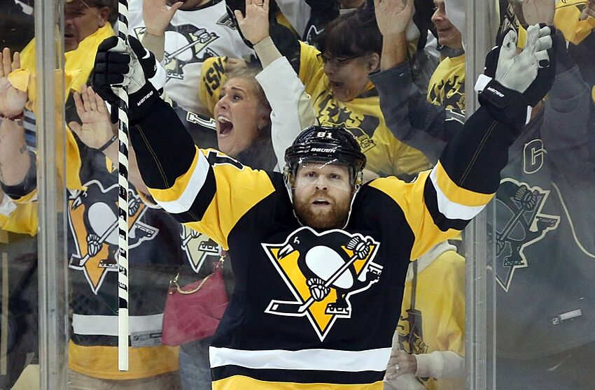 Phil Kessel scores his second against Braden Holtby (Video)