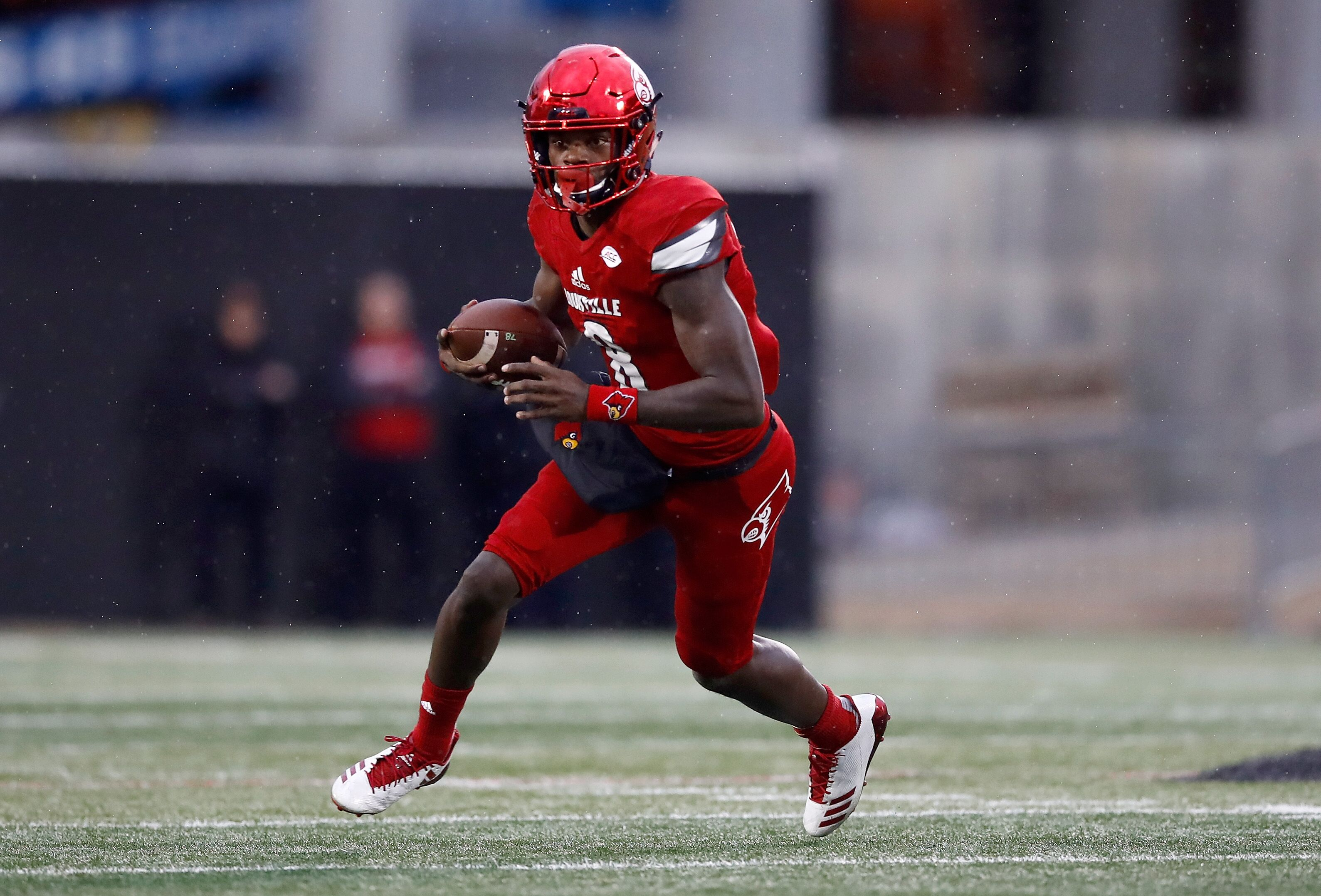 LOUISVILLE, KY - NOVEMBER 18: Lamar Jackson #8 of the Louisville Cardinals runs with the ball against the Syracuse Orange during the game at Papa John's Cardinal Stadium on November 18, 2017 in Louisville, Kentucky. (Photo by Andy Lyons/Getty Images)