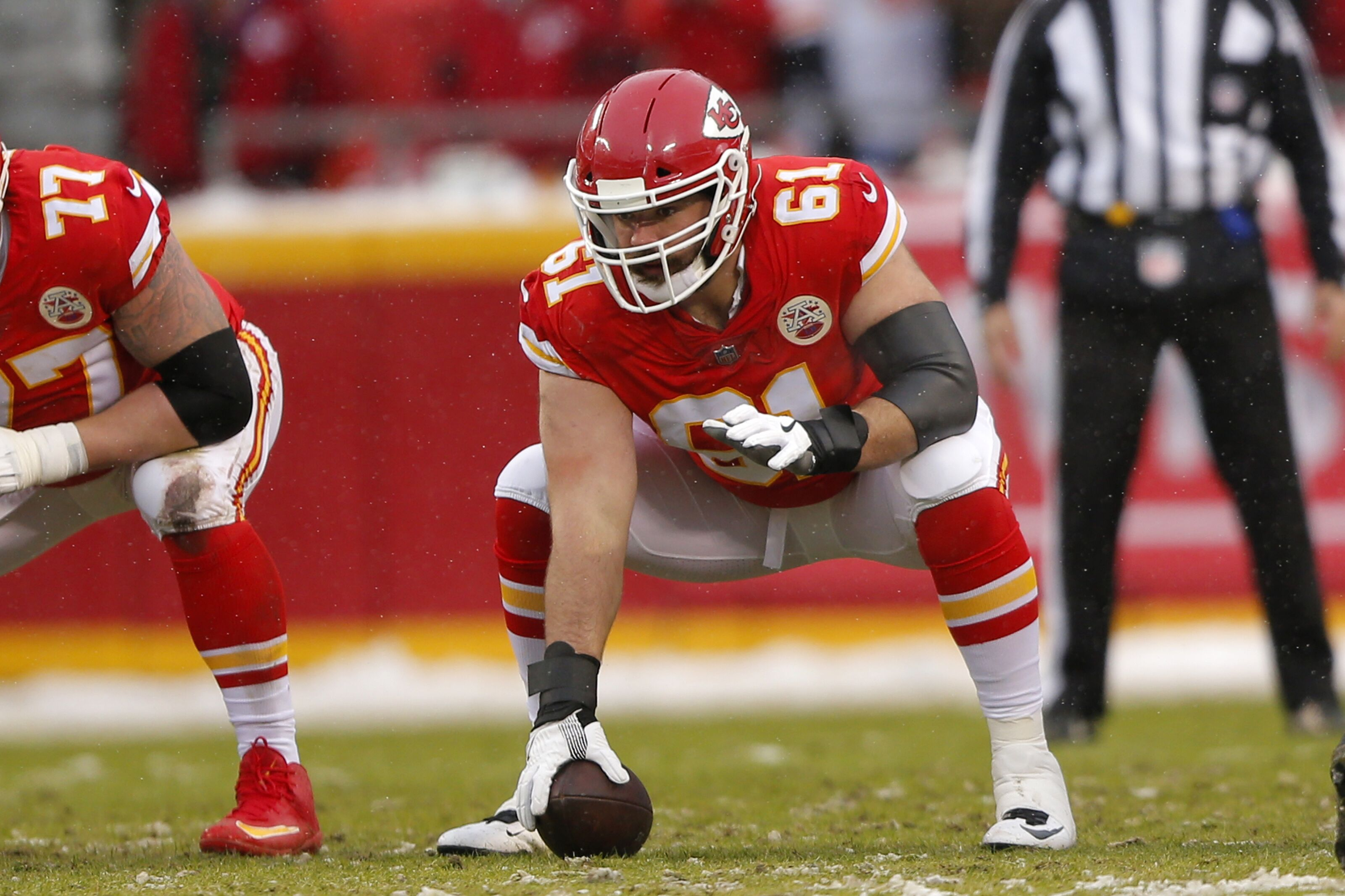 KANSAS CITY, MO - JANUARY 12: Kansas City Chiefs offensive lineman Mitch Morse (61) during the AFC Divisional Round game between the Indianapolis Colts and the Kansas City Chiefs on January 12, 2019, at Arrowhead Stadium in Kansas City MO. (Photo by Jeffrey Brown/Icon Sportswire via Getty Images)