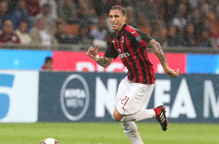 MILAN, ITALY - AUGUST 31: Lucas Biglia of AC Milan in action during the serie A match between AC Milan and AS Roma at Stadio Giuseppe Meazza on August 31, 2018 in Milan, Italy. (Photo by Marco Luzzani/Getty Images)