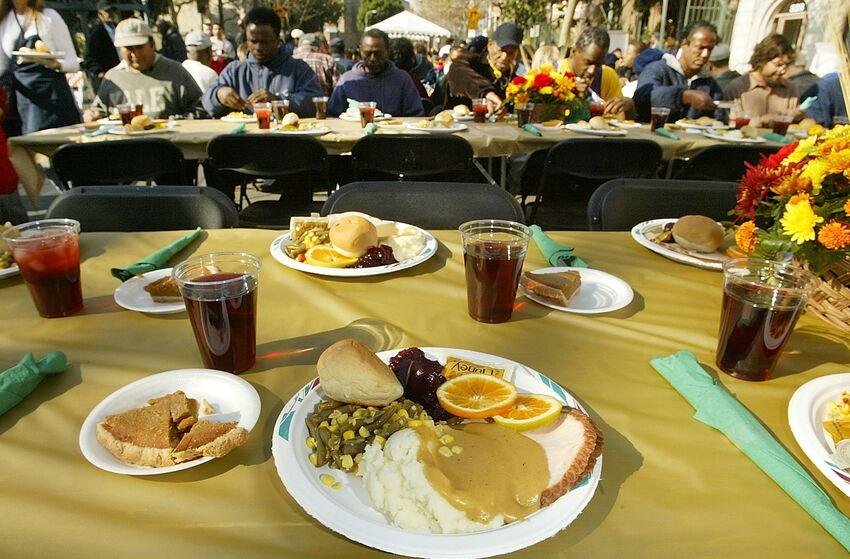 LOS ANGELES - NOVEMBER 26: A Thanksgiving dinner for homeless people at the Los Angeles Mission annual turkey dinner held on November 26, 2003 in Los Angeles. (Photo by Carlo Allegri/Getty Images)