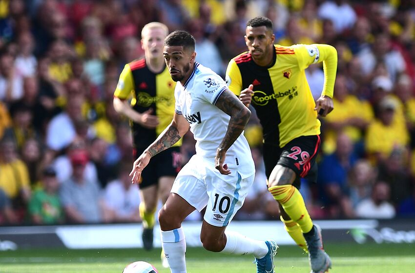 WATFORD, ENGLAND - AUGUST 24: Manuel Lanzini of West Ham United runs with the ball during the Premier League match between Watford FC and West Ham United at Vicarage Road on August 24, 2019 in Watford, United Kingdom. (Photo by Alex Broadway/Getty Images)