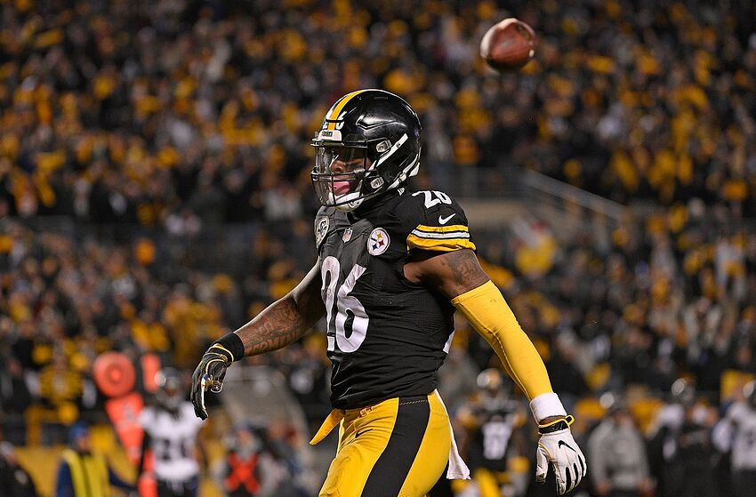 PITTSBURGH, PA - DECEMBER 10: Le'Veon Bell #26 of the Pittsburgh Steelers reacts after a 20 yard touchdown reception in the first quarter during the game against the Baltimore Ravens at Heinz Field on December 10, 2017 in Pittsburgh, Pennsylvania. (Photo by Justin Berl/Getty Images)