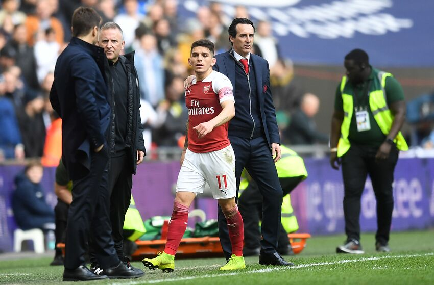 LONDON, ENGLAND - MARCH 02: Unai Emery, Manager of Arsenal pats Lucas Torreira of Arsenal on the back after being sent off during the Premier League match between Tottenham Hotspur and Arsenal FC at Wembley Stadium on March 02, 2019 in London, United Kingdom. (Photo by Michael Regan/Getty Images)