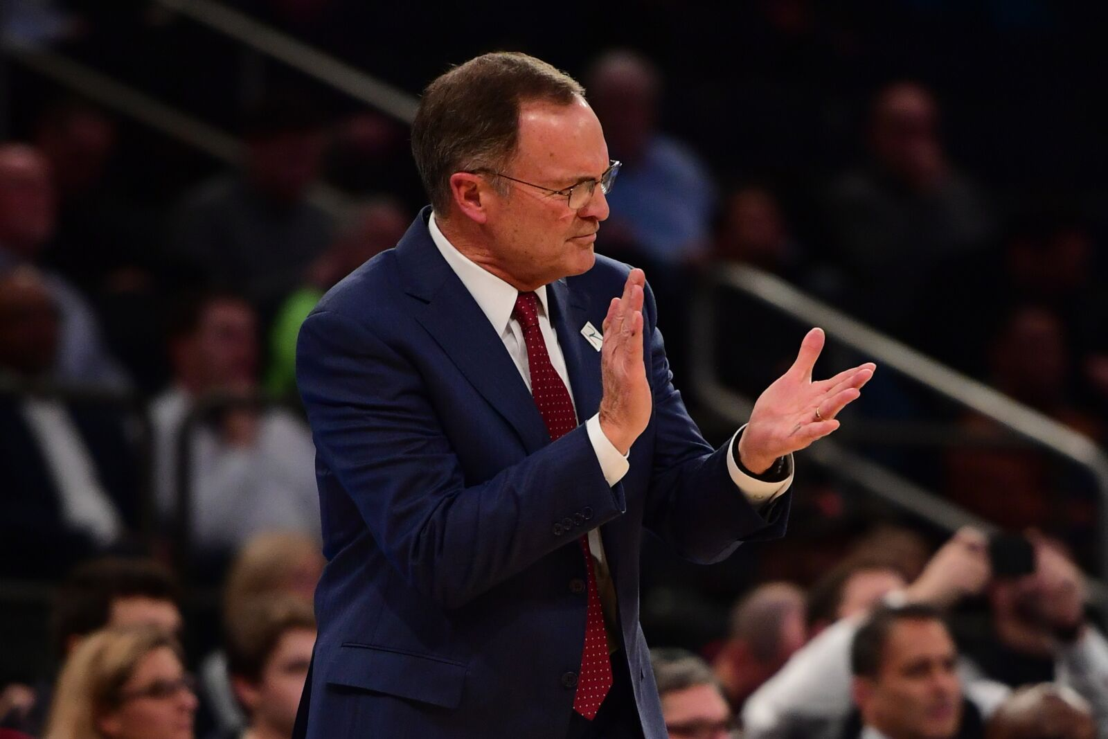 NEW YORK, NEW YORK - DECEMBER 04: Oklahoma Soon, the main coach of Lon Kruger, transforms during the first half of the game against Notre Dame fighting in Ireland at Madison Square Garden on December 04, 2018 in New York. (Photo by Sarah Stier / Getty Images)