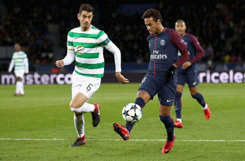 PARIS, FRANCE - NOVEMBER 22: Nir Bitton of Celtic and Neymar of Neymar of PSG in action during the UEFA Champions League group B match between Paris Saint-Germain and Celtic FC at Parc des Princes on November 22, 2017 in Paris, France. (Photo by Catherine Ivill/Getty Images)