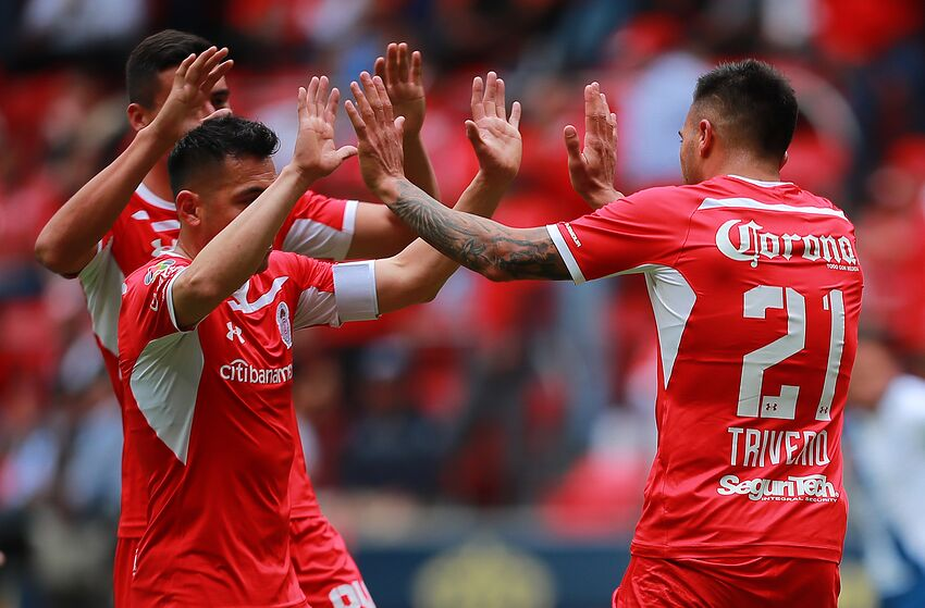 TOLUCA, MEXICO - JANUARY 13: Enrique Triverio of Toluca celebrates with teammates after scoring the second goal of his team during the 2nd round match between Toluca and Puebla as part of the Torneo Clausura 2019 Liga MX at Nemesio Diez Stadium on January 13, 2019 in Toluca, Mexico. (Photo by Hector Vivas/Getty Images)