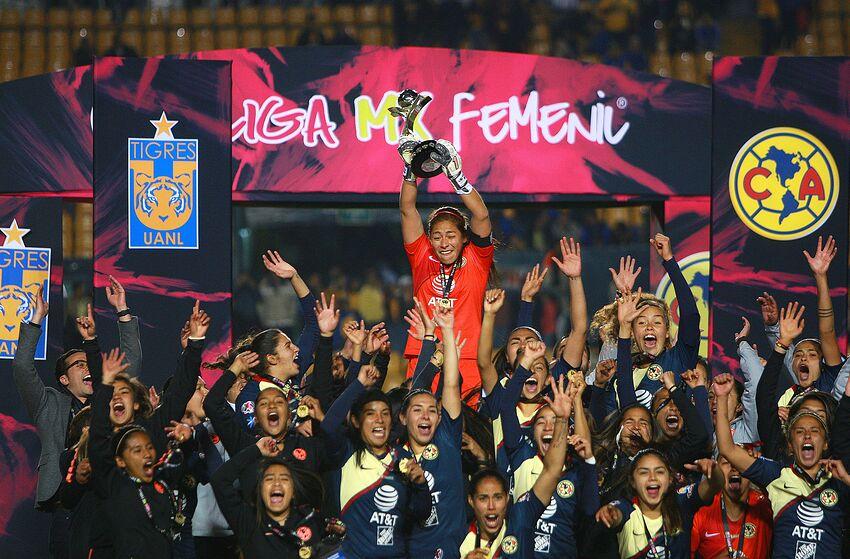 033119c0e17 MONTERREY, MEXICO - DECEMBER 15: Aurora Santiago goalkeeper of America  holds up the trophy
