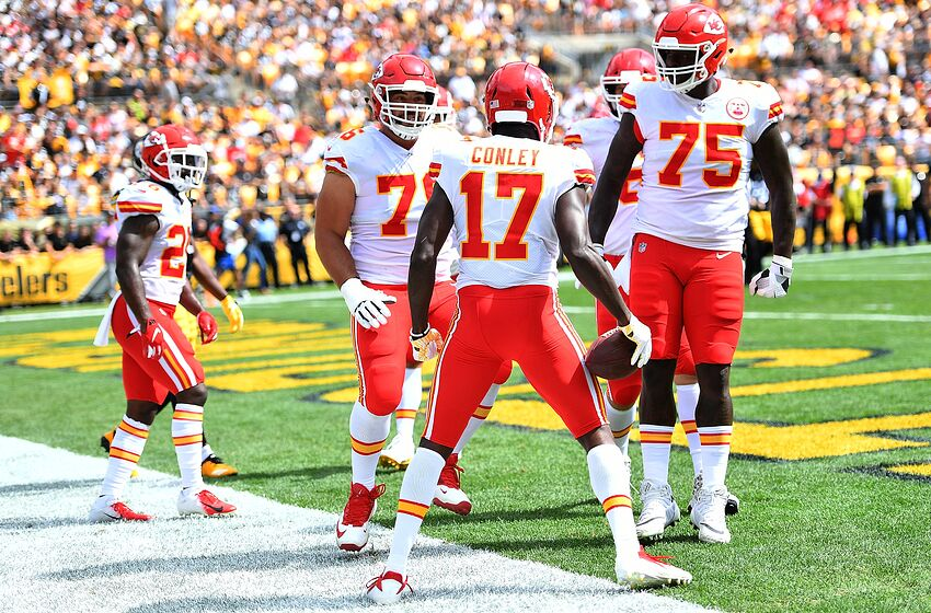 in stock b14b5 cb72b Cameron Erving injury update: Chiefs lineman goes down ...