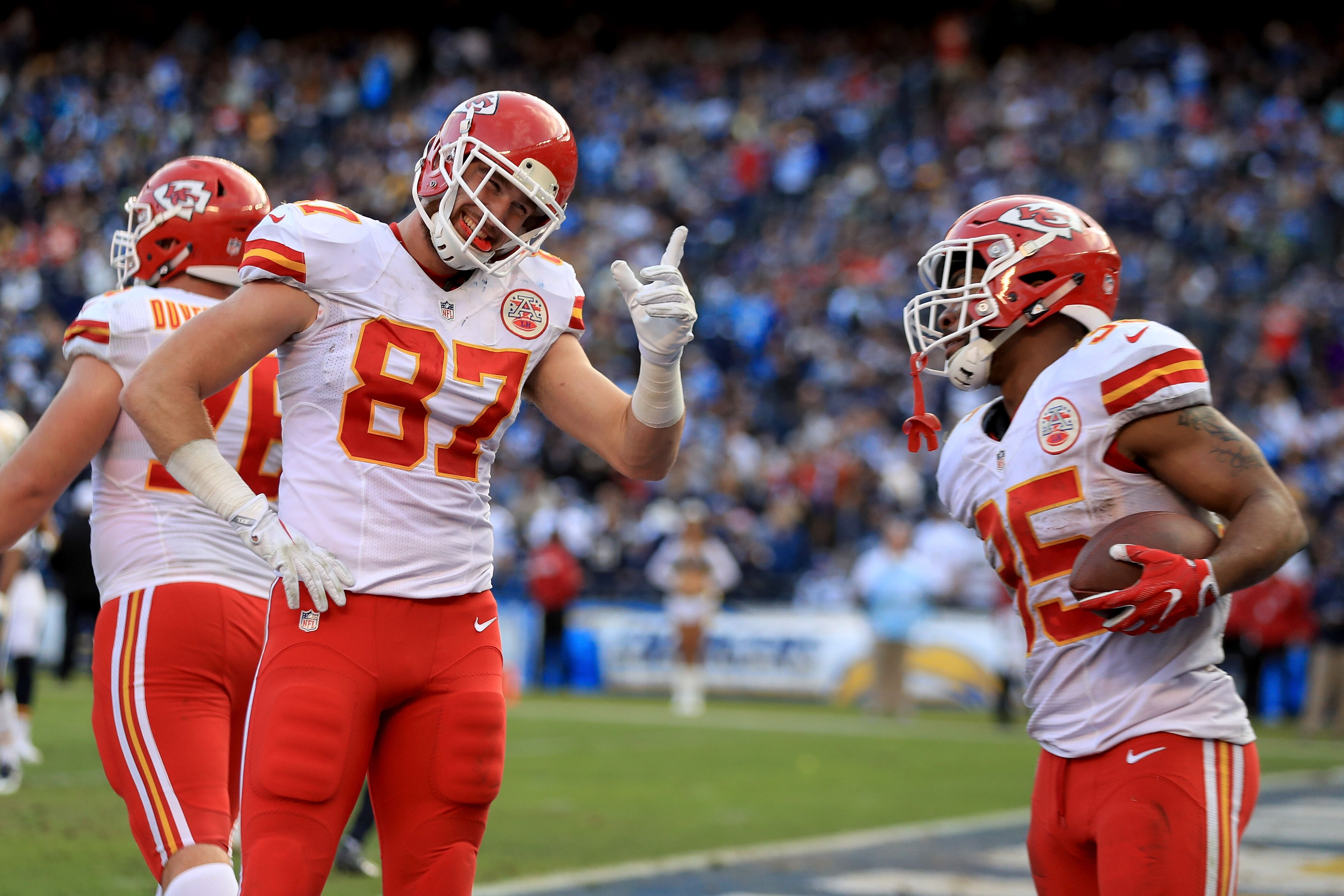 Travis Kelce injury update Chiefs TE misses practice with knee