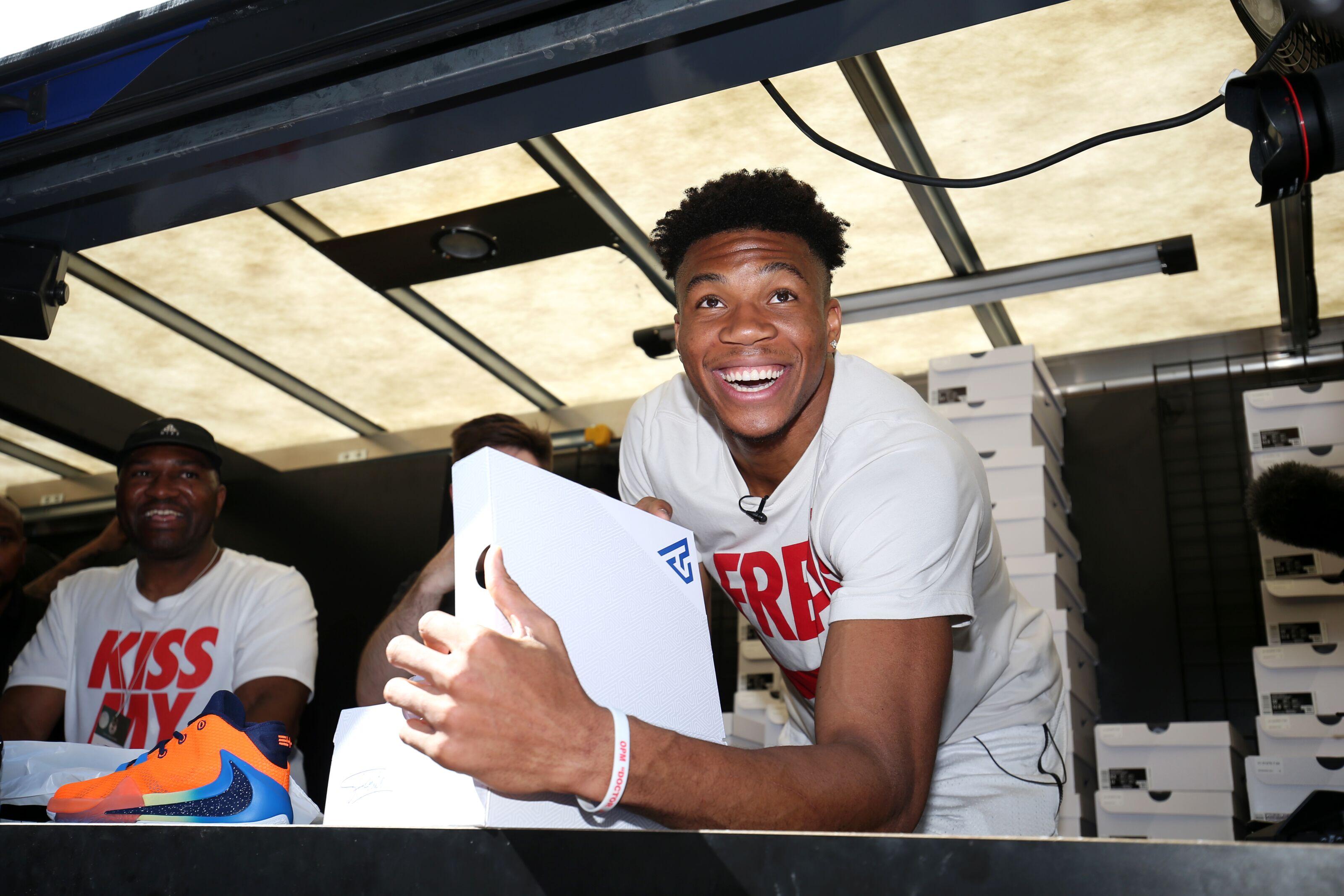 Milwaukee Bucks Daily: Giannis Antetokounmpo's emphatic dunk draws attention