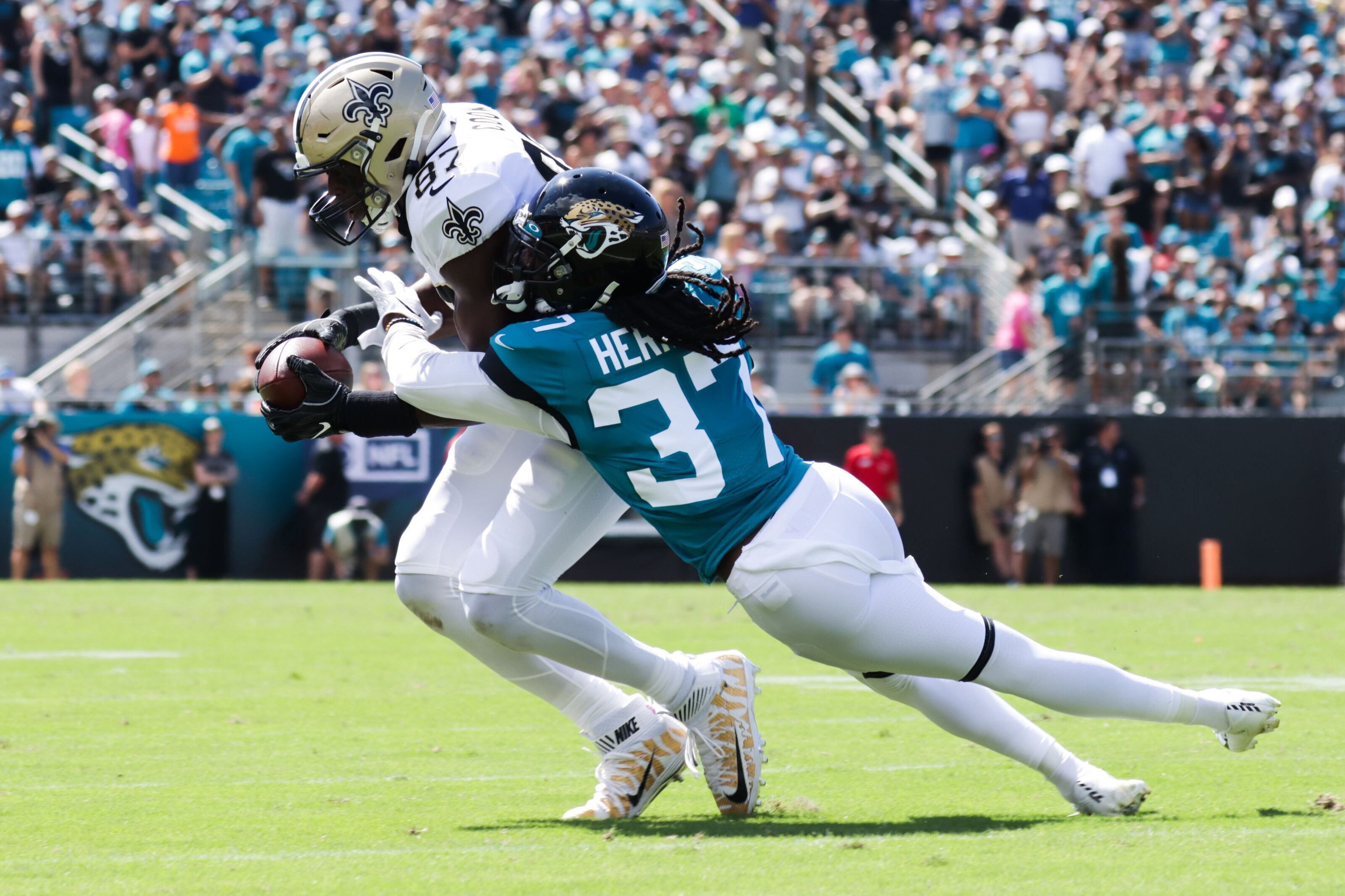 Jaguars defense moves forward against the Bengals