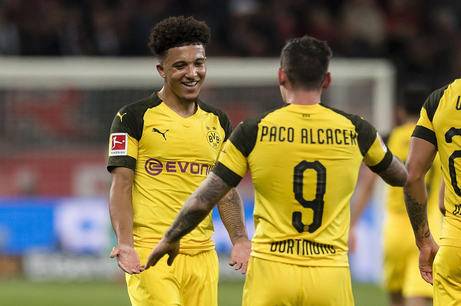Alcacer e Sancho festeggiano dopo l'ennesimo gol in collaborazione | Numerosette Magazine