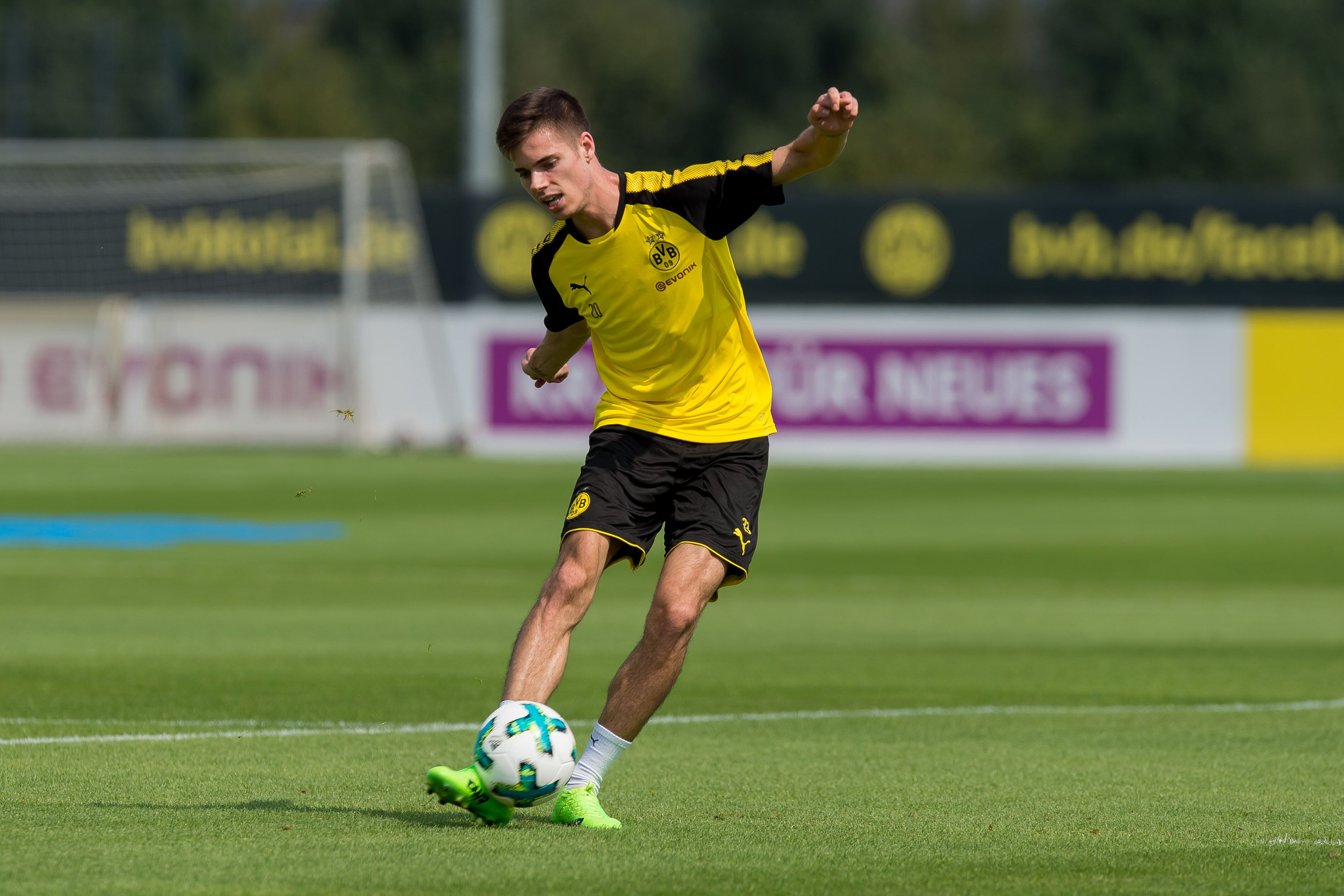 Julian Weigl makes timely return for Borussia Dortmund