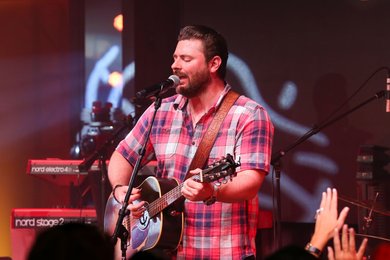 Chris Young reminds his Dallas fans that his dog Porter is on tour with him
