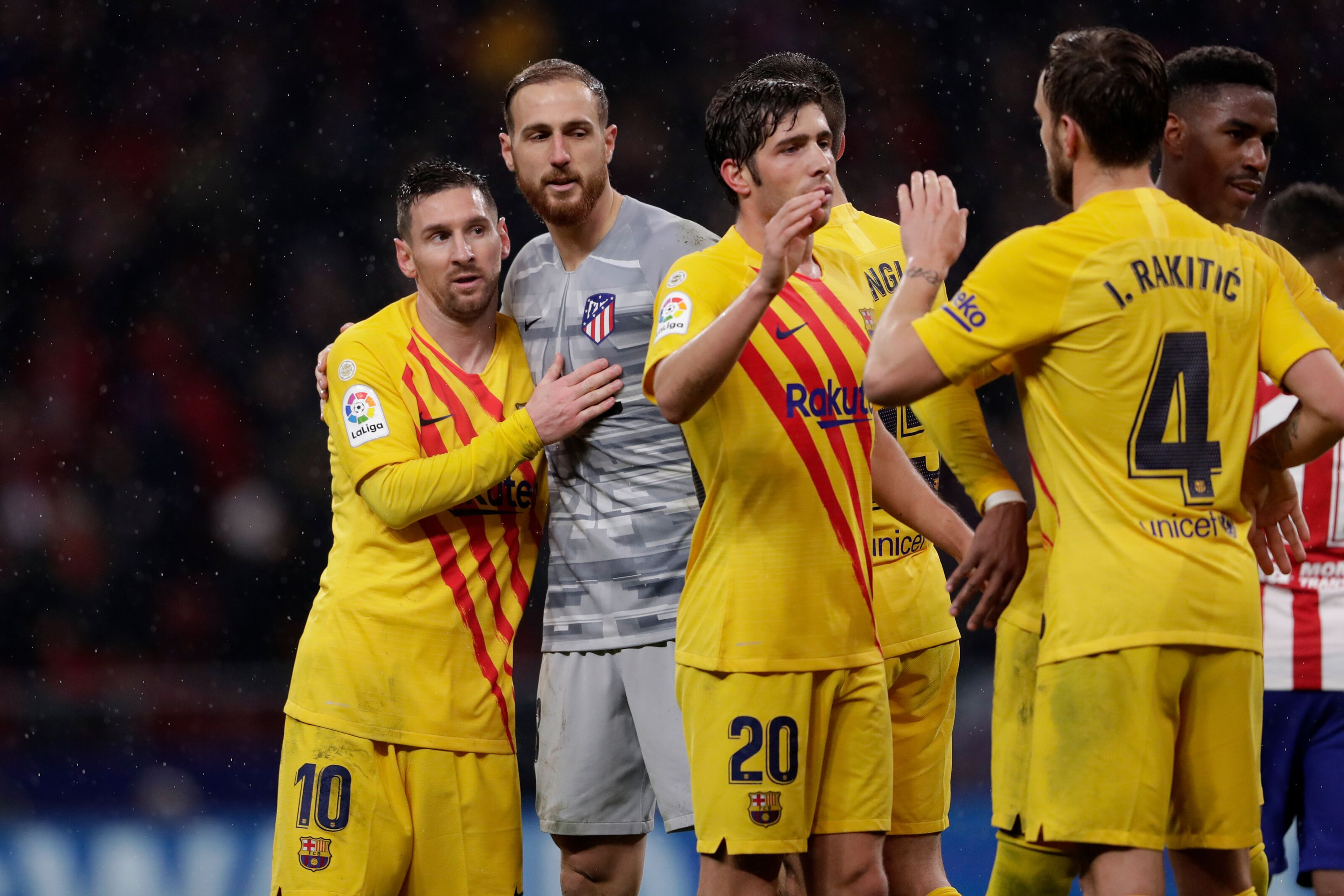 Old-timers take Barcelona back to 1st spot with Atlético victory