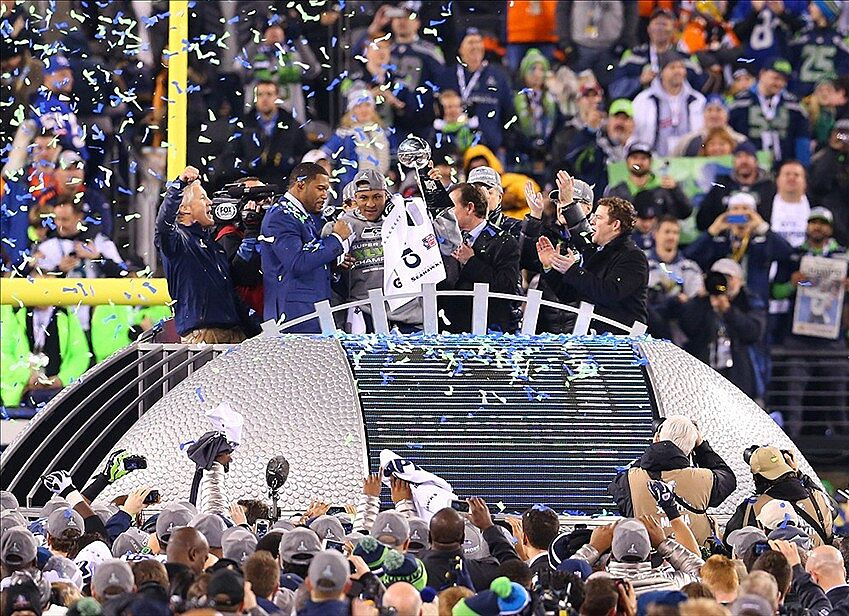Seahawks Kiss Vince Lombardi Trophy Russell Wilson And Pete Carroll Raise It