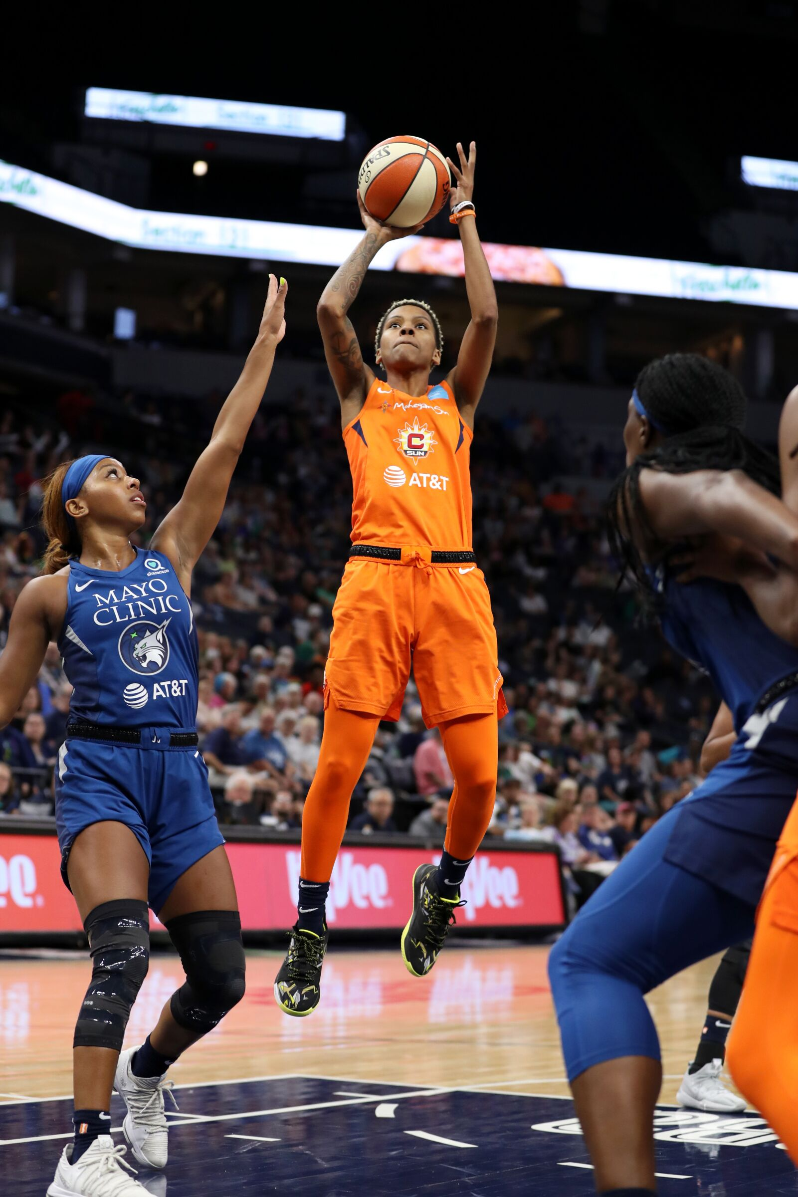 Sun hang on to edge Lynx on the road