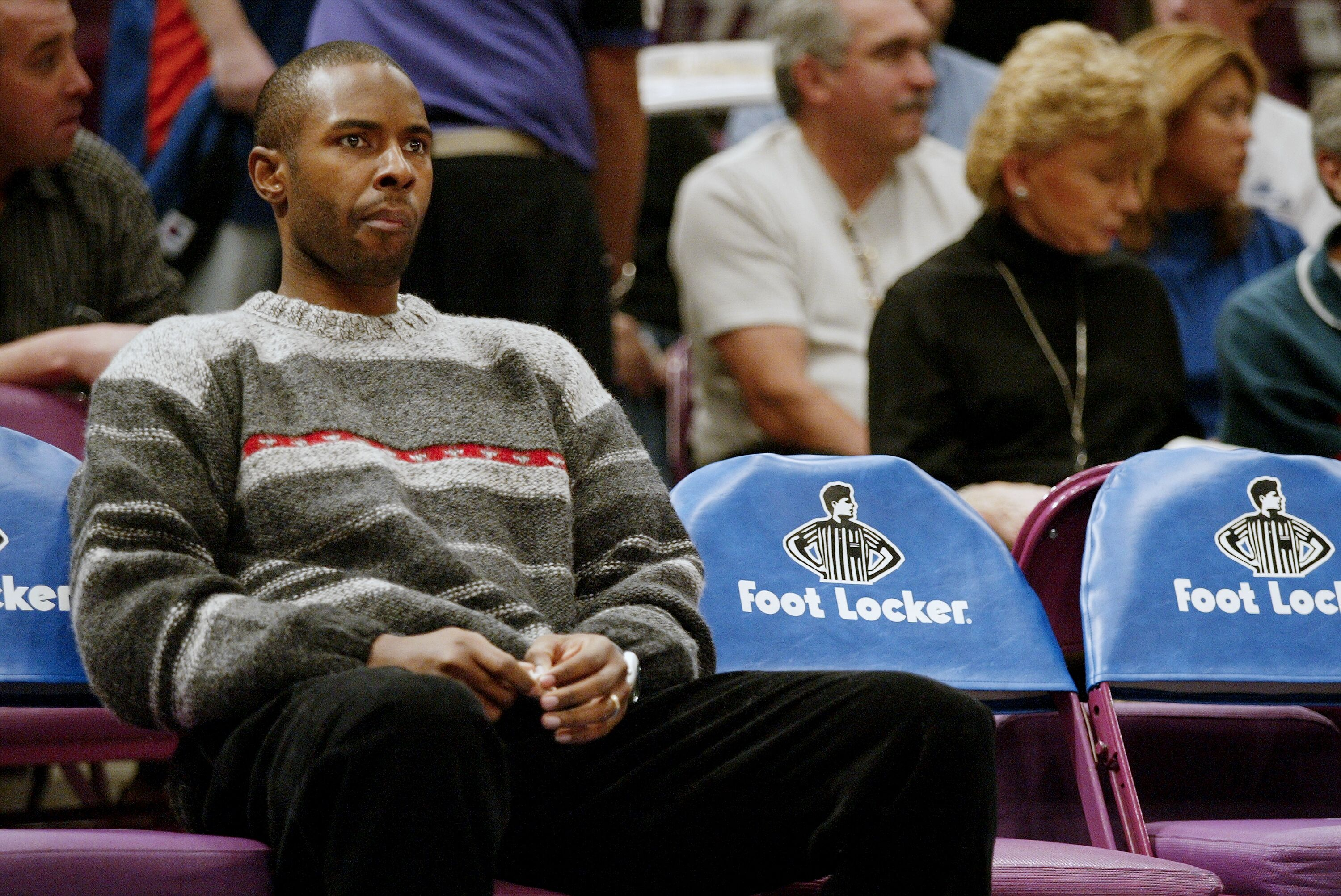 97314685-new-york-knicks-charlie-ward-sidelined-with-a-sprained-rig.jpg