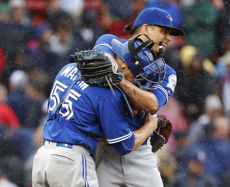 blue jays beat rays osuna earns 32nd save after delays
