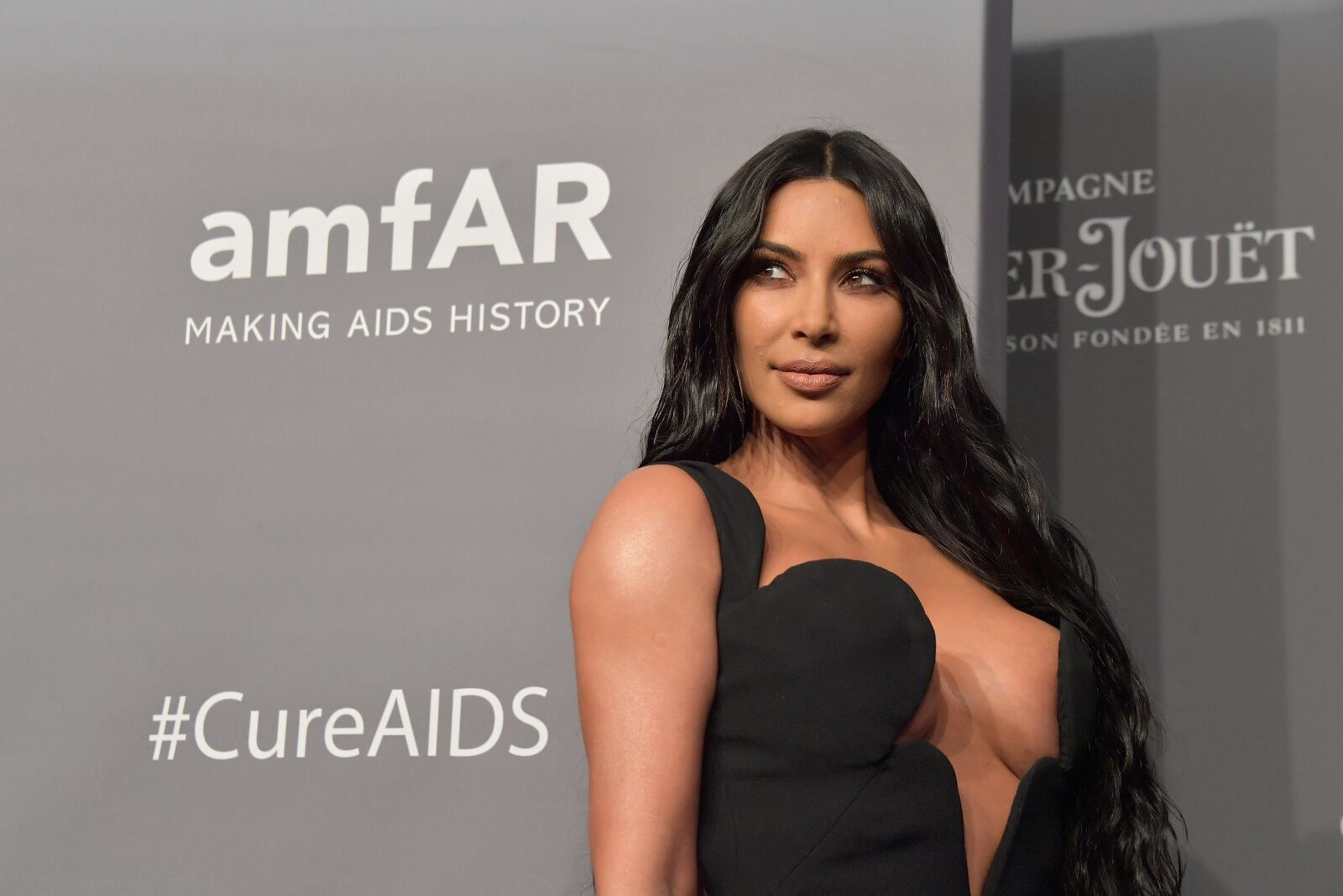 Kim Kardashian shows off curvy figure and long locks in new post