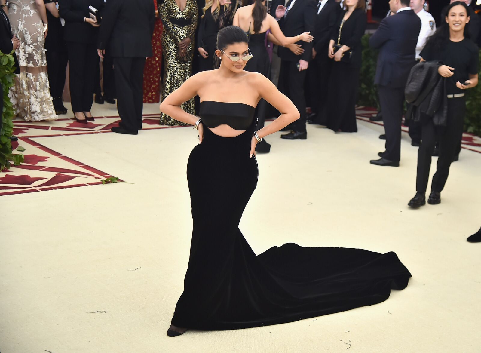 Kylie Jenner lifts top to show Instagram tanned, toned tummy amid weight loss diet