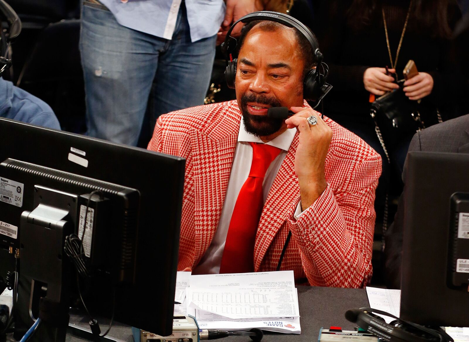 Los Angeles Lakers: Clyde Frazier has stinging words for LeBron James
