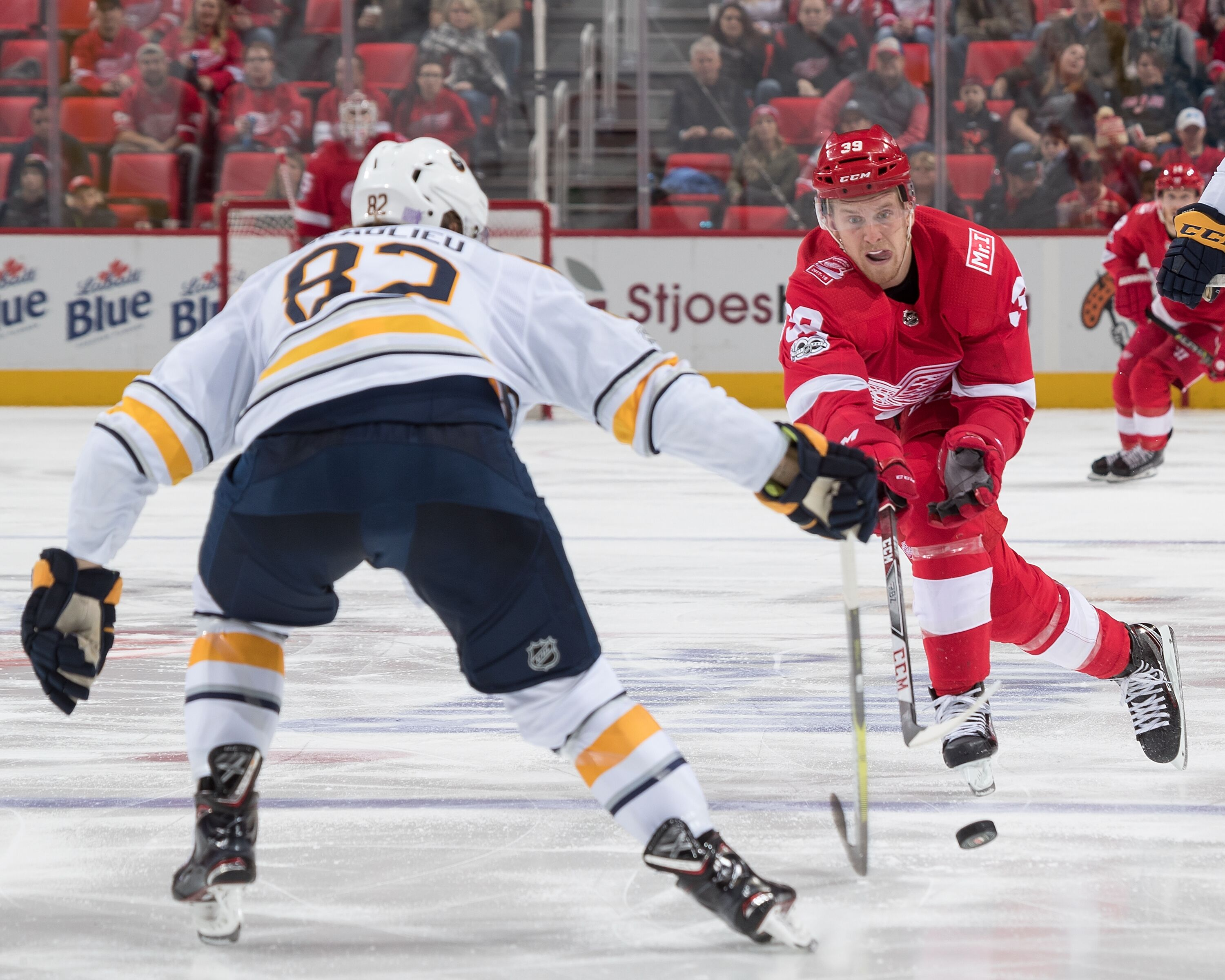 875526354-buffalo-sabres-v-detroit-red-wings.jpg