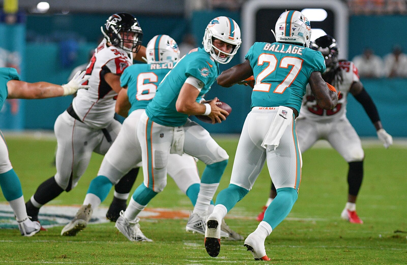 Miami Dolphins down at half with but close gap with late field goal