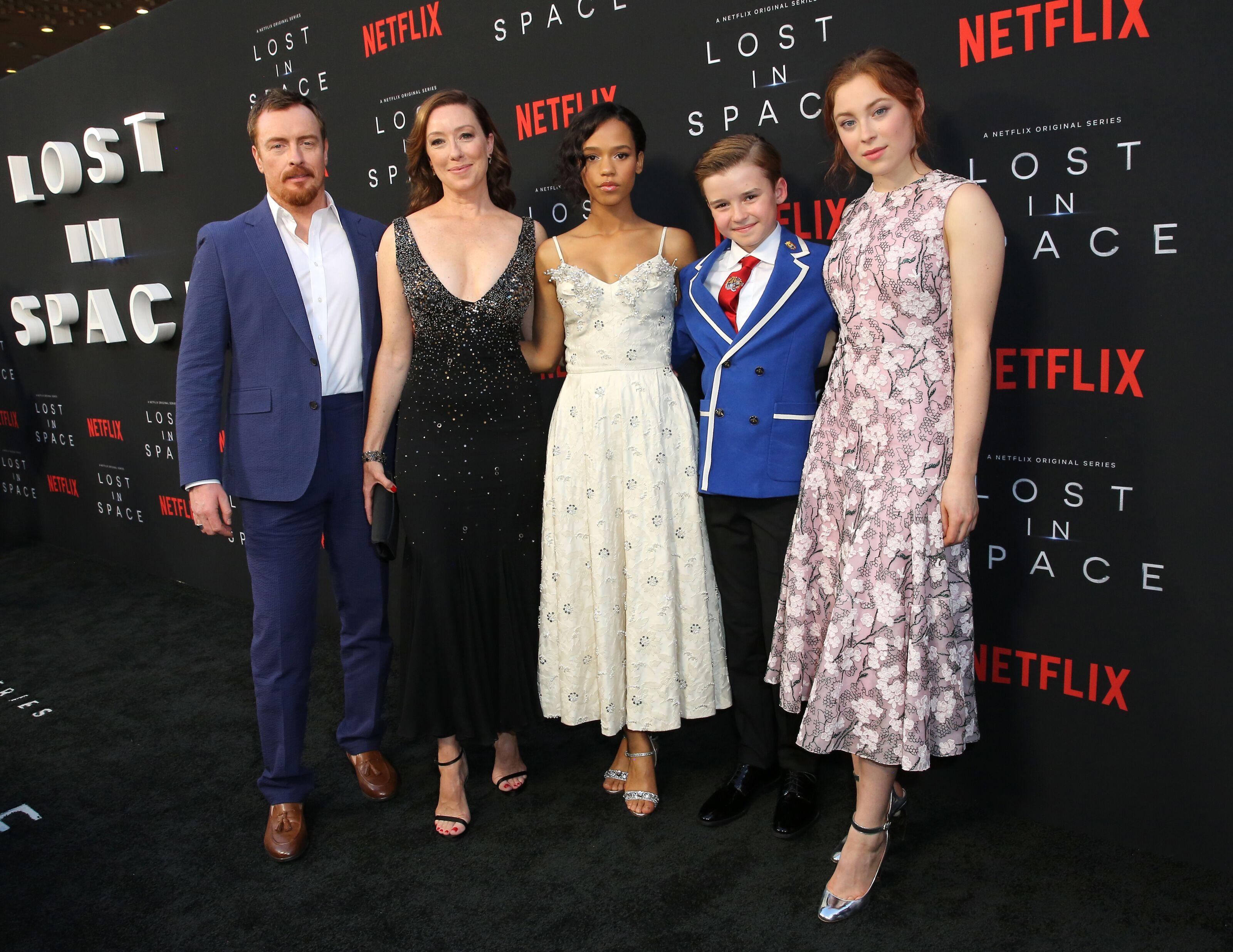 cast of lost in space netflix season 2