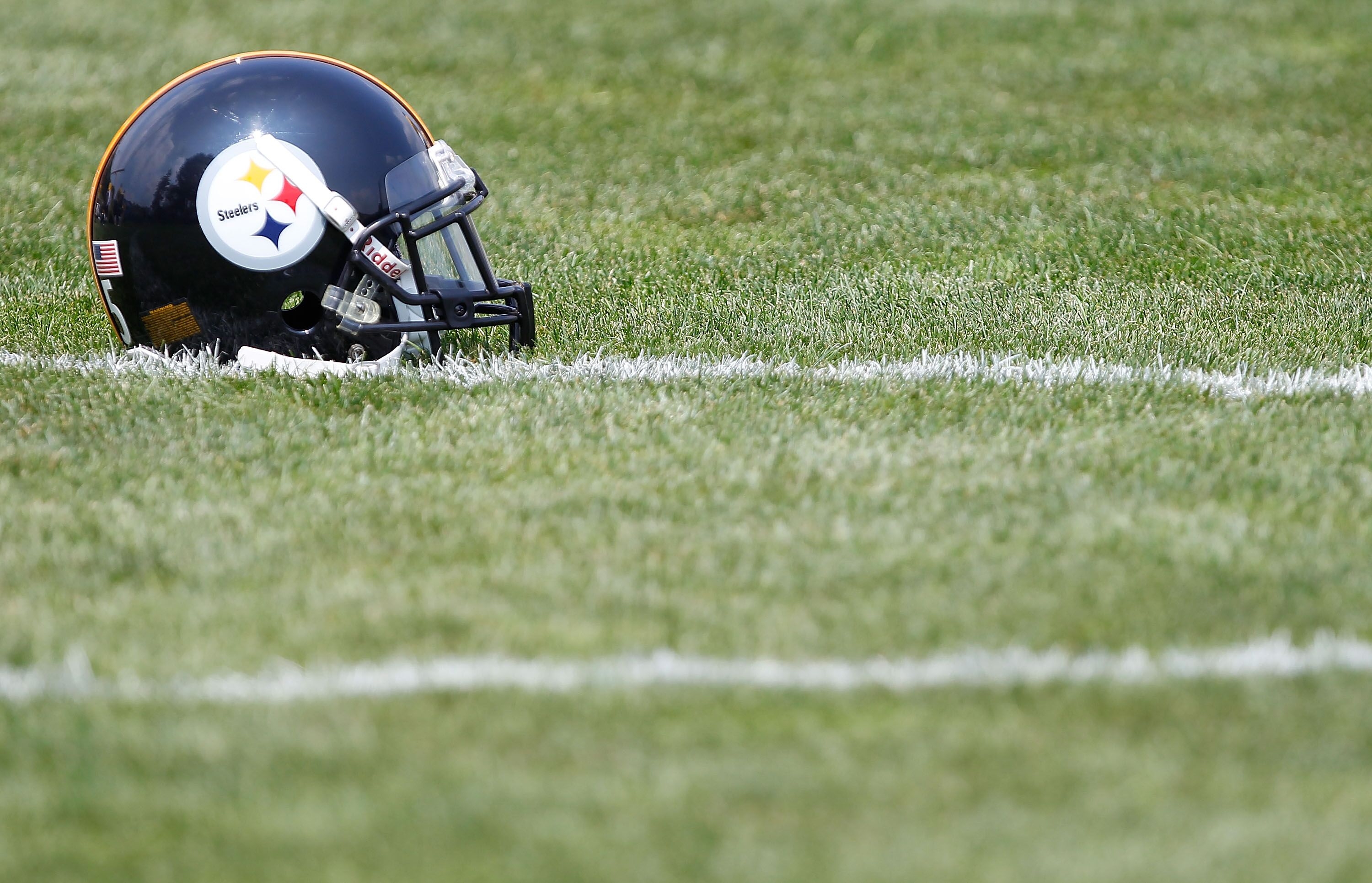 Sutton Smith works with the Steelers offense during OTAs