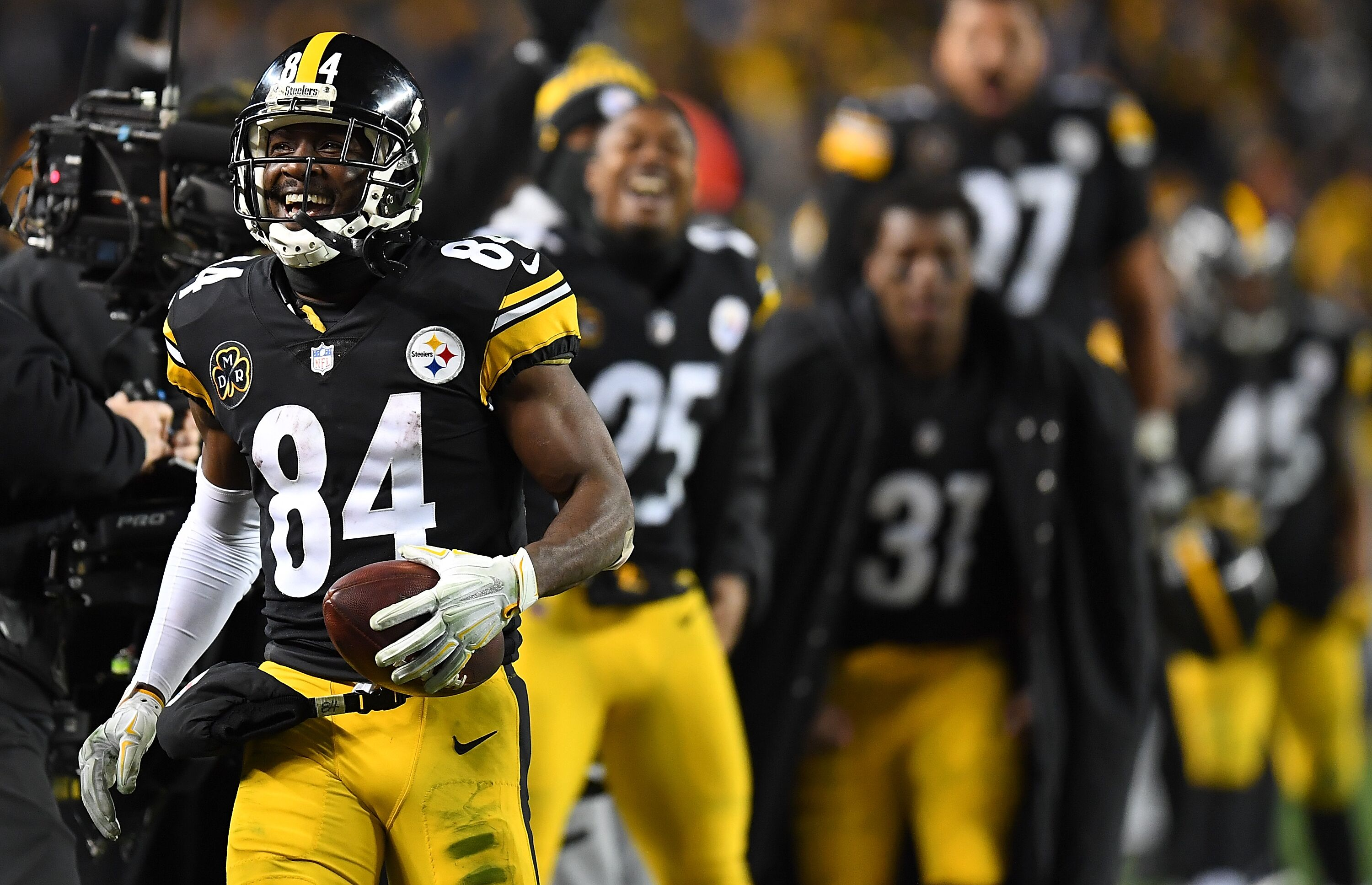 74db4730539f Pittsburgh Steelers  Antonio Brown s restructured contract hurts Le Veon  Bell s fanbase