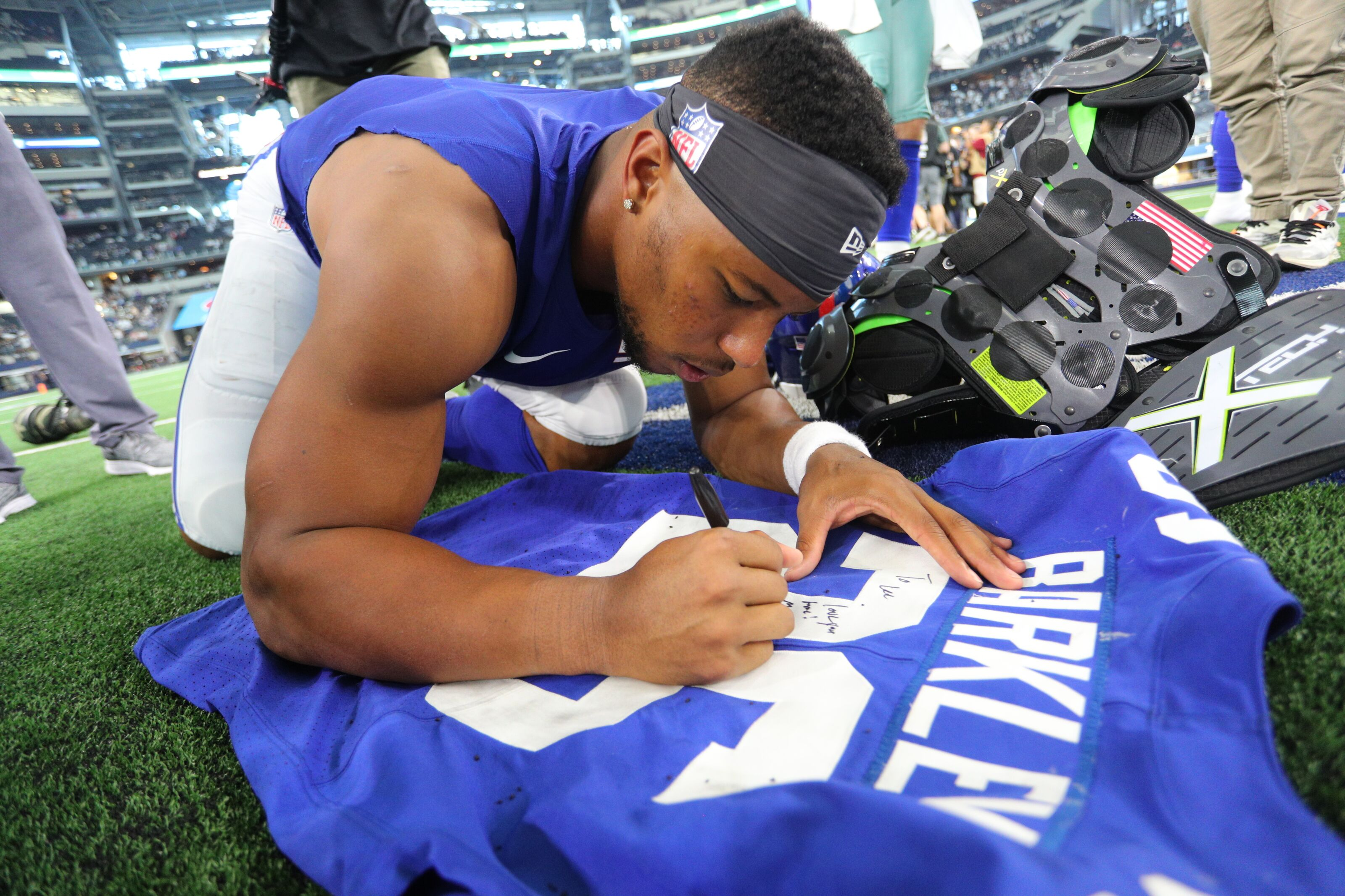 Former Penn State football RB Saquon Barkley helps out young Giants fan