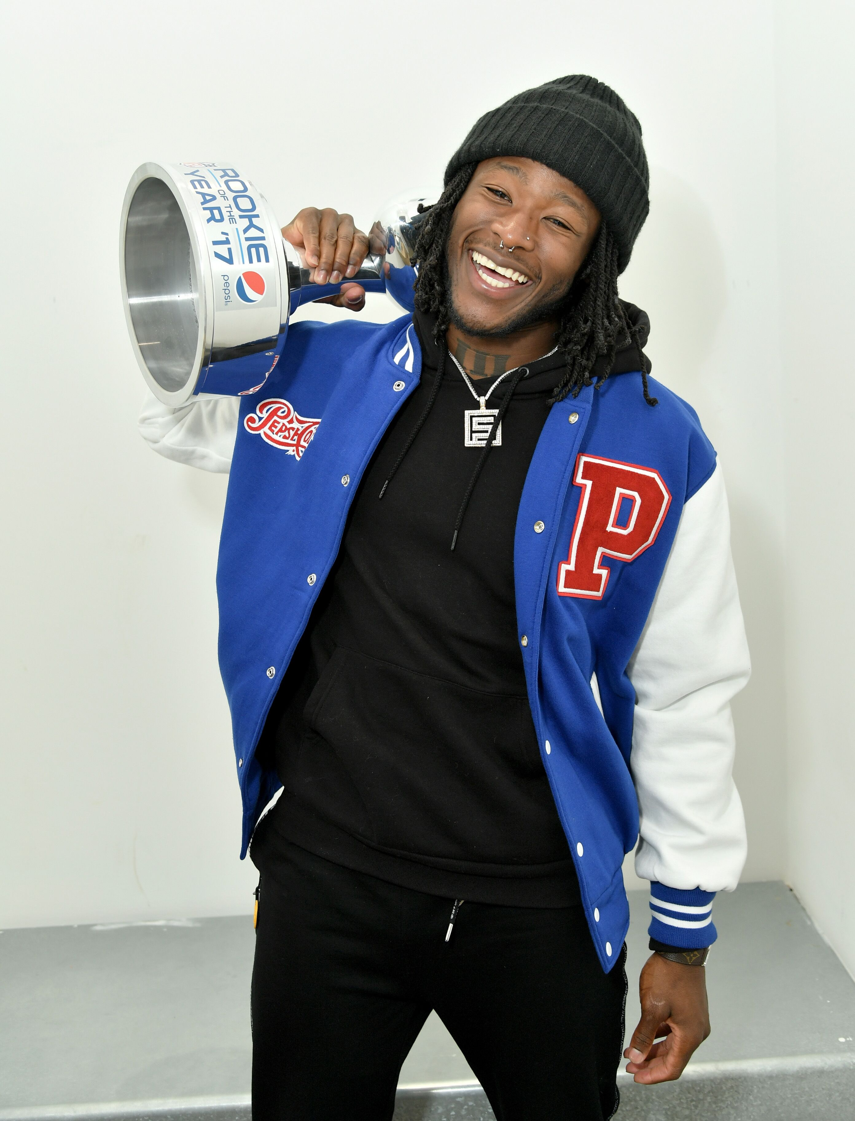913424114-2017-pepsi-nfl-rookie-of-the-year-winner-alvin-kamara.jpg
