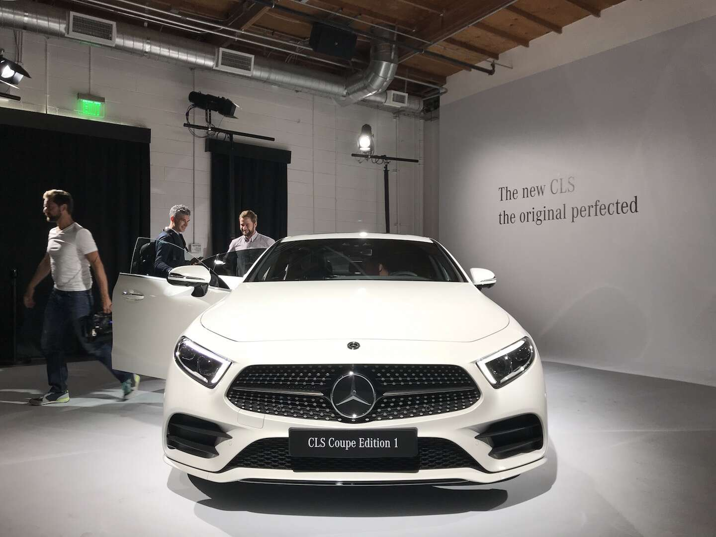 the new mercedes benz cls does this hot new 4 door coupe. Black Bedroom Furniture Sets. Home Design Ideas
