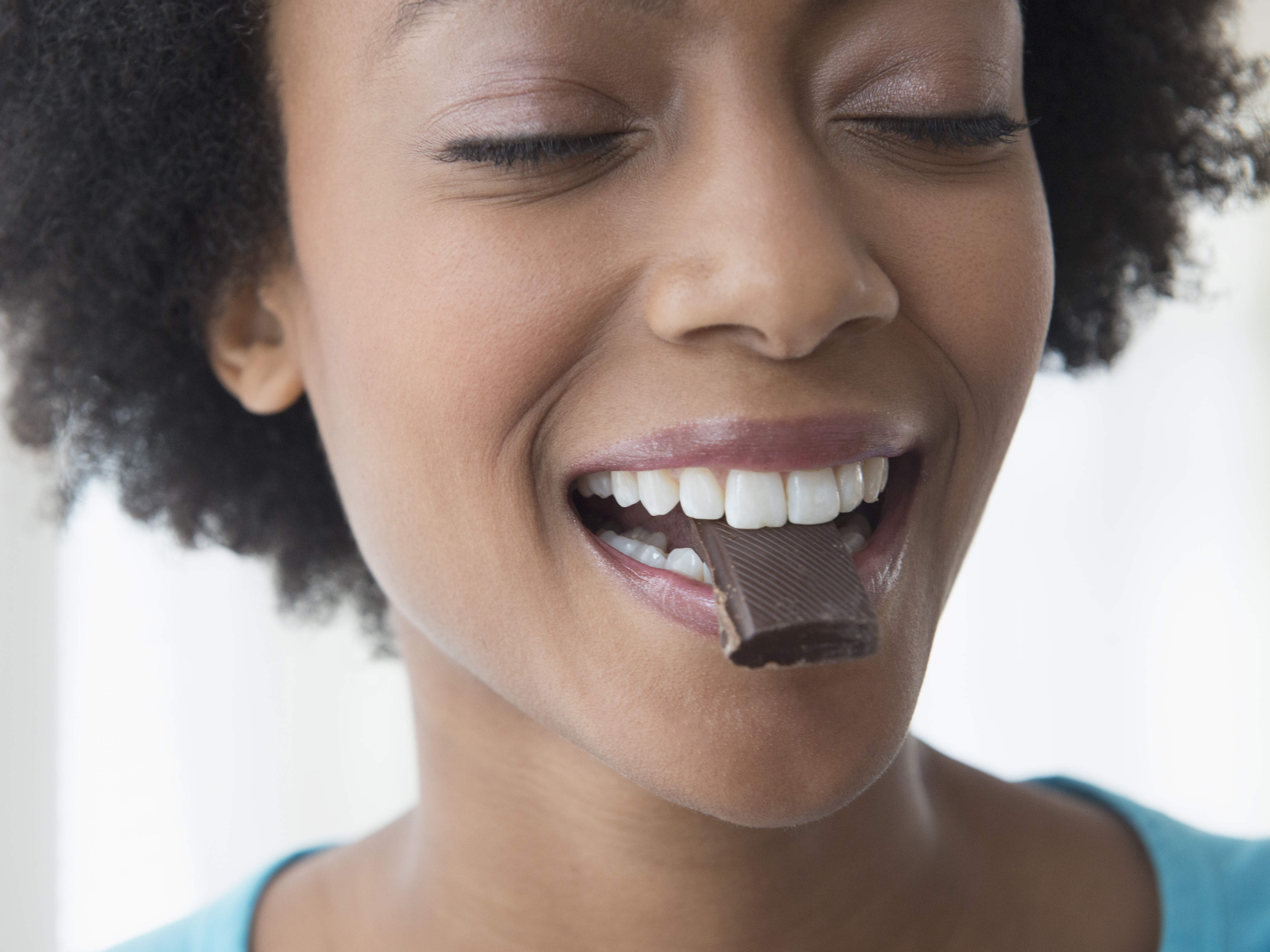 weight-loss-biting-dark-chocolate-20501331