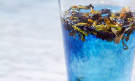 Color Changing Erfly Pea Flower Tea Is A Mood Ring In Gl