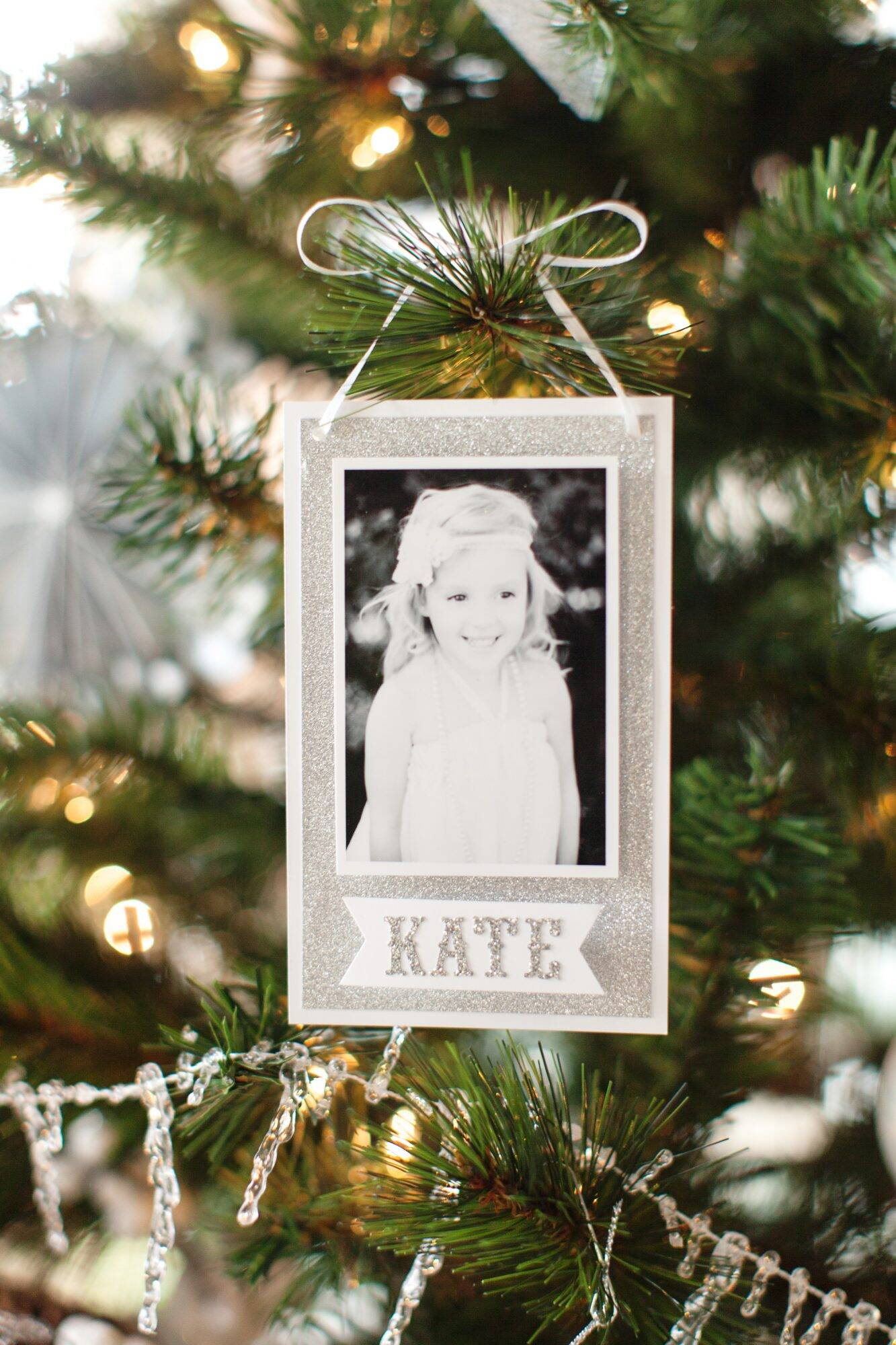 Photo ornaments you can make yourself real simple if your pictures are piling up in cardboard boxes use these crafts as an excuse to finally get organized and trim the tree solutioingenieria Gallery