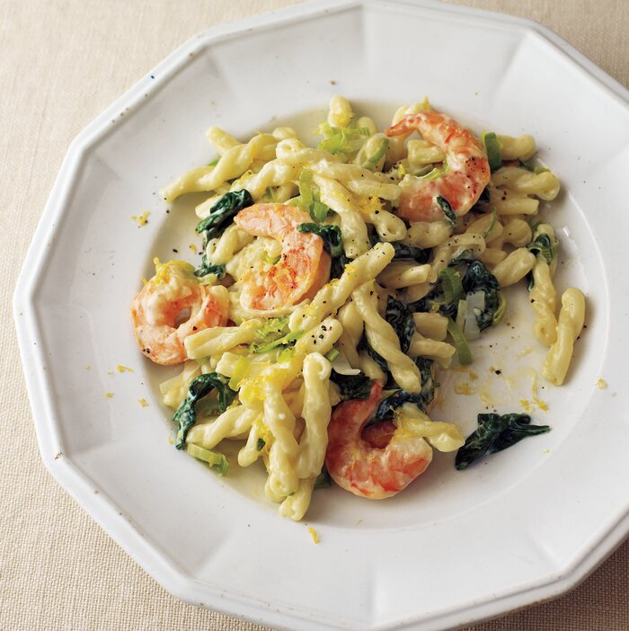 20 fast dinner recipes real simple shrimp leek and spinach pasta forumfinder Image collections
