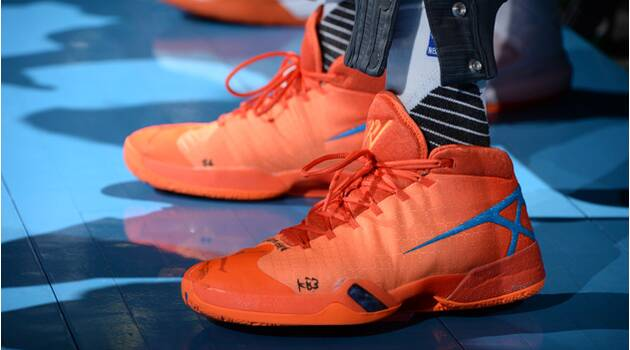 7a2fef98bdff00 Thunder-Warriors  Russell Westbrook changes shoes