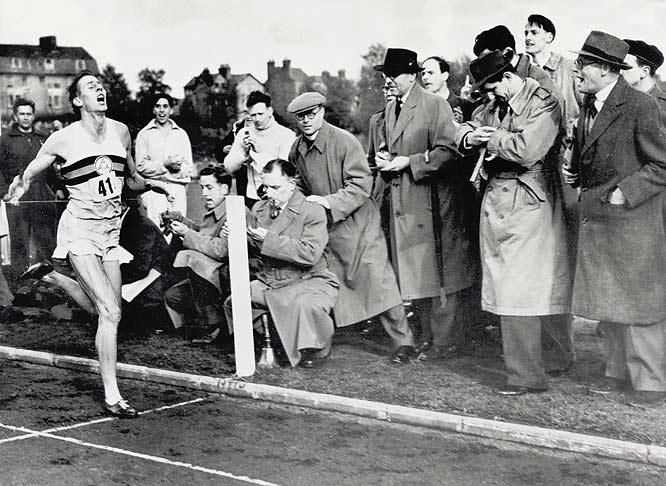 Yaklaşık 3,000 seyirci, Bannister'ın Oxford'da Iffley Road Track'teki İngiliz AAA ve Oxford Üniversitesi arasındaki bir buluşma sırasında dört dakikadan daha kısa bir sürede milleri çalıştırmak için kaydedilen tarihte ilk kişi olduğunu gördü.