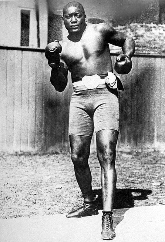 Johnson, 26 Aralık 1908'de TKO tarafından Tommy Burns'ü yenerek dünya ağır siklet şampiyonluğunu kazanan ilk Afrikalı-Amerikalı oldu.