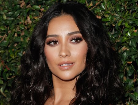 Shay Mitchell Is Channeling Julia Roberts Pretty Woman Look With