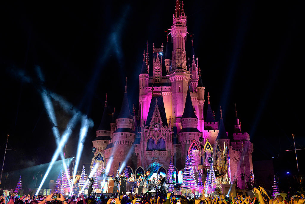 The New Year S Eve Fireworks At Disney World Were Next Level Epic
