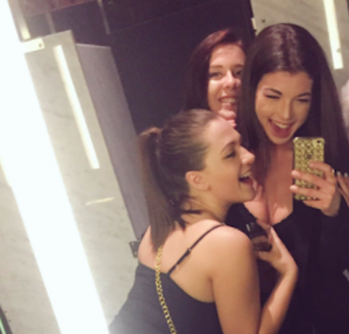 These Teen Girls Took Flawless Bathroom Selfies With An Older Woman After She Reminisced About Her Younger Days Hellogiggles
