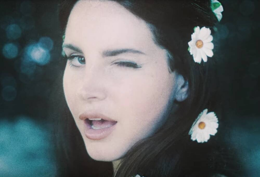 Here S How To Copy Lana Del Rey S 60s Inspired Daisy Adorned