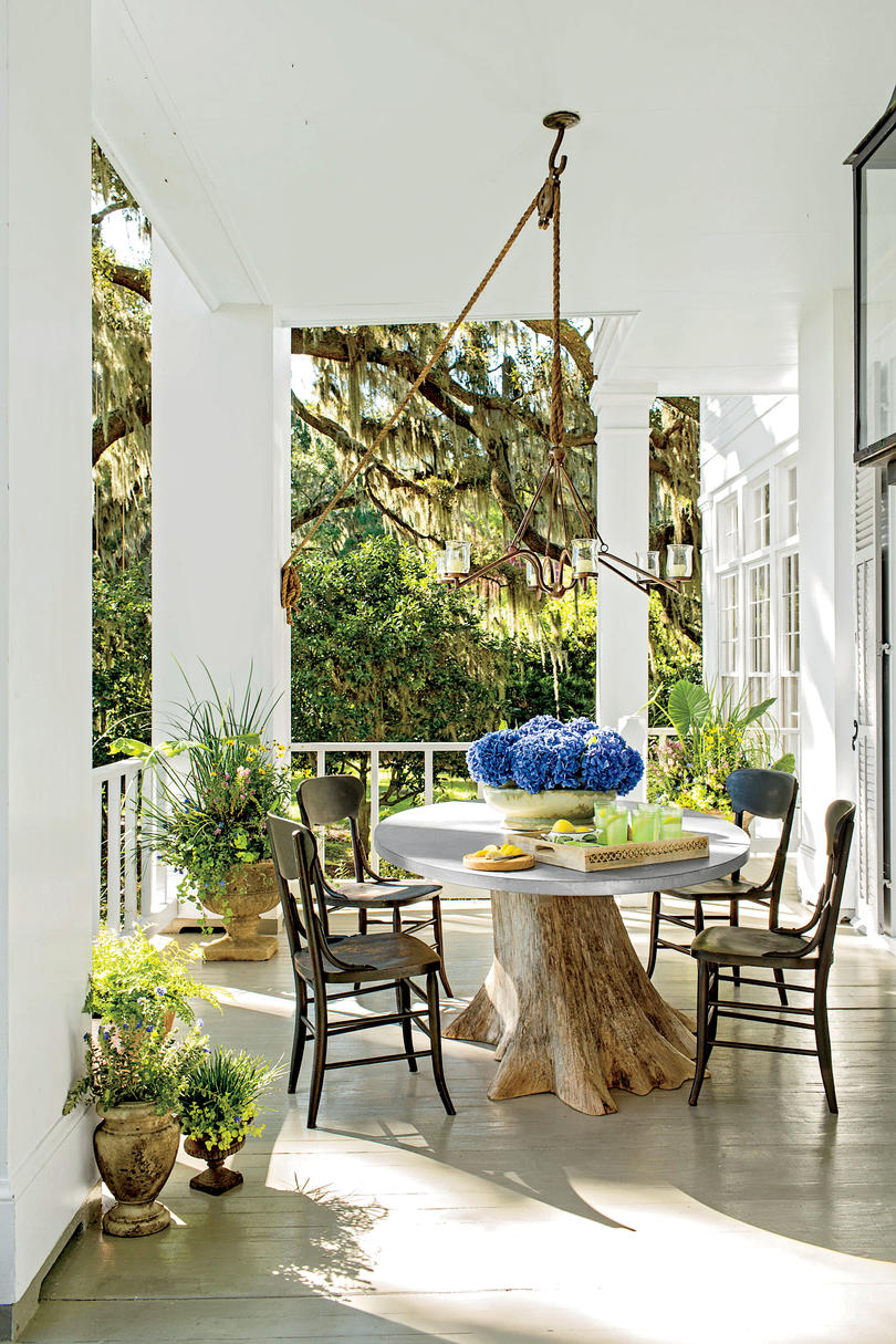 Blue hydrangea on a dining table on a Southern white porch. #frontporch #traditional #decoratingideas #dining #southern